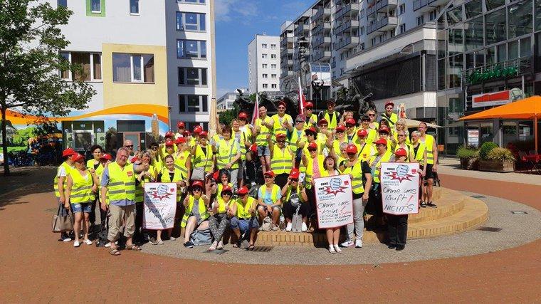 Kolleginnen und Kollegen aus dem Einzelhandel in Magdeburg streiken für eine ordentliche Gehaltserhöhung!